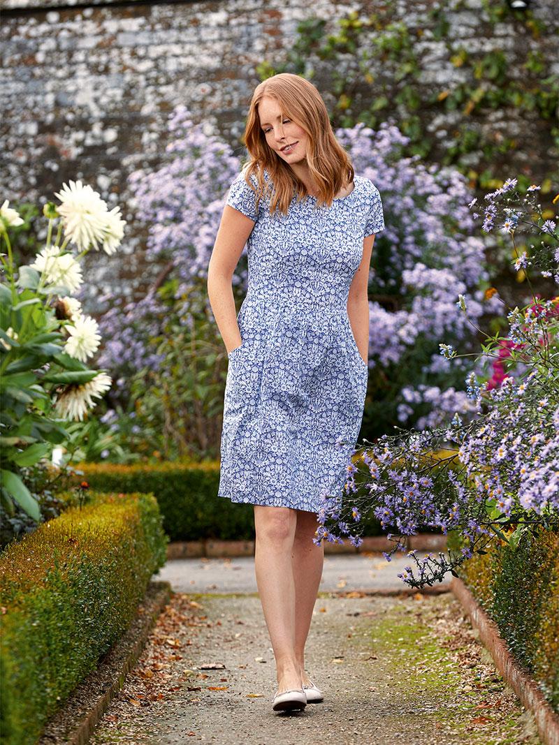 Sommerkleid 39 emilias flowers 39 in blau und wei bestellen for Mode aus england